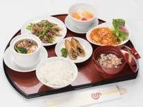 *夕食/北京料理一例。メイン料理2品+ライス・デザート。メニューは日替わりです。