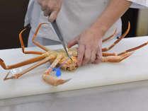 津居山活ガニを捌いて美味しく調理をするところです。