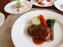 *【夕食一例(大人用)】メインディッシュのステーキは食べ応えありで大満足