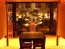 お食事処『さくら』から夜の庭園ライトアップの様子