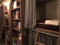 本棚の中で寝る新しいスタイルです!