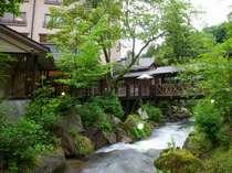 ホテルの間を流れる季の川からの外観。かたらい橋で涼む夕暮れは最高。