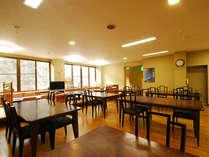 *お食事処。広々と明るい食堂にて、楽しいお食事のひとときを…
