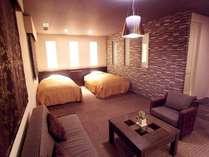 モダンな客室内に温泉を引き込んだプレミアルーム【禁煙】は、それぞれ基調カラーで雰囲気が変わります。