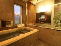 いつでも入浴可能な温泉付き客室。(一部)。浴室からは箱庭が見えます。