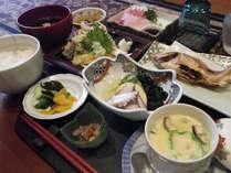 【ご夕食例】鮮魚中心の「能登御膳(和食)」をご用意致します。輪島塗の器で能登の味覚をご堪能下さい。