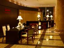 高級感あふれるロビーとフロントカウンターでお客様をお待ちしております。