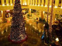 巨大なXmasツリーが彩る夜のロビー(11月20日~12月25日)