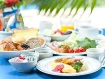 約100種類の豊富な朝食ブッフェ