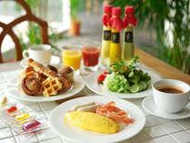 沖縄県産食材をふんだんに使用したホテルオリジナルのドレッシングやジャム&バター。