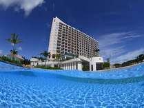 ホテルのふもとには 県内最大規模のガーデンプールが広がります