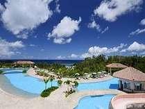 全長170メートルのプールは県内最大級。お子様用プールもございます。