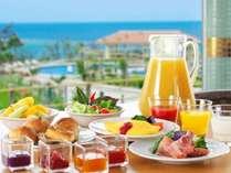 インターナショナル料理に沖縄テイストを取り入れた、約100種類の豊富な朝食ブッフェでリゾートの朝を!