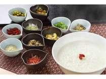 多種多様な薬味でお好みの中華粥を朝食でお召し上がりください。