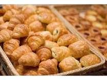 【朝食】ベーカリー専門のスタッフが毎朝焼き上げるパンは絶品です!