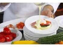 【朝食】人気のエッグベネディクトは数種類を用意しております!