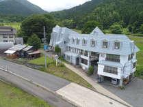 当館外観。野沢温泉の入口に位置しています。
