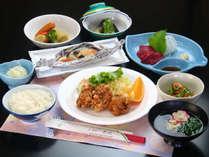 夕食一例(特製からあげ)。地元食材のまごころ手料理は日替わりメニュー。