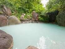 とっても広い貸切露天風呂。湯船が空いていれば24時間、何度でもご利用いただけます。
