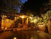 夜は少し幻想的な雰囲気に…。24時間入浴できるので、満天の星空もひとり占めできます♪