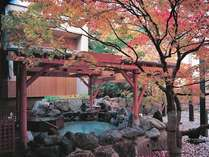 ◆2F もみじ湯・露天風呂(秋)/紅葉に色づくもみじを眺めながら※例年10月中旬が見頃