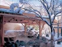 ◆2F もみじ湯・露天風呂(冬)/湯煙の中、ありのままの自然の姿に、思わずうっとり