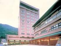 ◆外観/温泉街を見渡す12階建ての旅館。山間の温泉地を一望できる