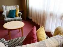 【和室12.5畳/40平米】部屋ごとに異なる広縁の椅子から、国立公園定山渓の景色を一望