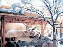 【2F もみじ湯/露天風呂】冬は白銀の世界が広がる露天風呂。北国の温泉の醍醐味を味わえる