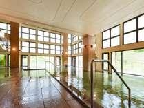 【B2鹿の湯館 瑞雲/内湯】渓流沿いの大浴場は、夜にライトアップされ幻想的な風景が広がる