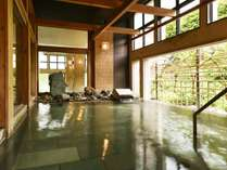 【B2鹿の湯館 瑞雲/露天風呂】真下から湧き出るミネラル豊富な温泉は、湯の花も浮かぶほど