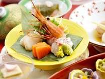 【お造り/献立例】縞海老・帆立・サーモン。全道各地で獲れた魚介のお造り