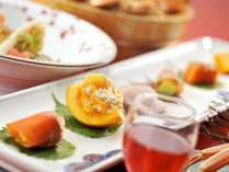 【前菜/献立例】四季の味覚を長皿でご用意。食前酒との相性もぴったり