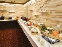 【朝食/DOマルシェ】朝日が差し込む開放的な会場で、北の味覚をお楽しみ下さい