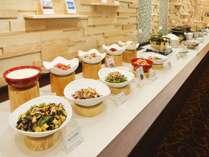【朝食/DOマルシェ】和の調理人が丁寧に仕上げた、彩鮮やかな惣菜