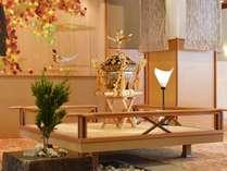 【1F 浮き舞台】ロビーを象徴する浮き舞台には、季節に合わせた装飾が彩る