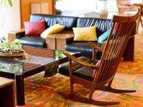 【1F ロビー】思い思いの椅子で、読書に語らいに。窓の外には美しい中庭が広がる