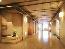 【3F 個室会食処/廊下】生け花や和装飾を随所に散りばめた、高級感あふれる個室会食処