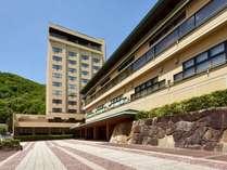 【外観】温泉街を見渡す12階建ての和風旅館。山間の温泉地を一望できる