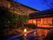 【玄関】瓢門に入れば美しい緑に囲まれた石畳の路地が玄関まで続く...