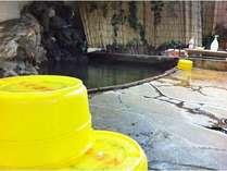 野趣あふれる源泉掛け流しの岩風呂です。熱いので加水します。