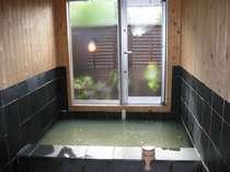 源泉掛流しのにごり湯の天然温泉がゆっくり楽しめる貸切風呂