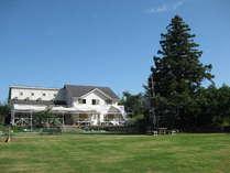 施設前の天然芝のドッグラン(2000平米)は朝~夜まで使い放題です。