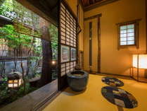 【客室/特別室あざみ】茶室と中庭が備わる「あざみ」では静かに流れる時をお愉しみいただけます
