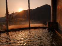 眺望がいい内風呂-天気がいい日にはサンセットが!(男風呂側眺望例)