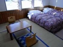 ベットの横に6畳の和室、中高年やお子様が小さなご家族におすすめ。畳の部屋でごろ~んとして下さい