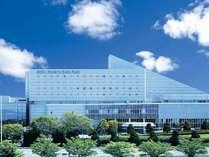 青空の下、緑に囲まれたホテルです。大阪モノレール「万博公園前」目の前