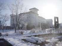 阿寒国立公園の大自然と共存する川湯温泉。冬の早朝、温泉街は樹氷の華に囲まれます。