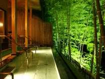 夜はライトアップされた竹林が幻想的な雰囲気を醸しだす女性専用の「寝湯」。