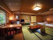 【展望露天風呂付き客室】ツインベッドと和室のお部屋。眺めの良い特別なお部屋です。